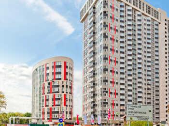 Комплекс представляет единую композицию из зданий переменной этажности